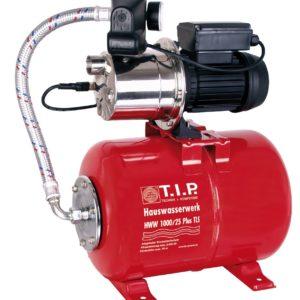 Eine rote hauswasserpumpe von tip, t.i.p. mit Kessel und aus Edelstahl