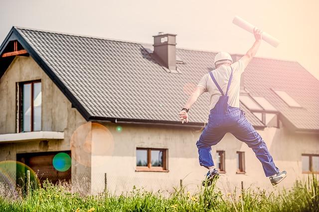 Zu sehen ist ein Mann der springt. Vielleicht freut er sich gerade weil er eine Hauswasserpumpe installiert bzw angeschlossen hat